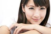 Ung och vacker asiatisk kvinna med leende — Stockfoto