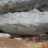 Yığılmış müstahkem paslı beton parçalarını detay — Stok fotoğraf