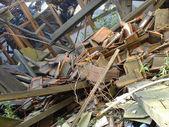 Upadł dach, drewno, szkło i kamień tłuczeń — Zdjęcie stockowe