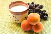 Tasse milch traube und aprikosen — Stockfoto