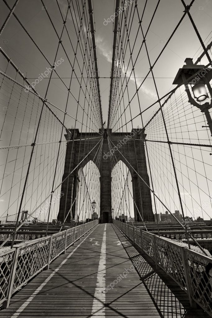 Photo of the Brooklyn Bridge in New York city done in black and white.  Foto de Stock   #4135817