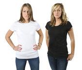 Mujeres jóvenes enojadas con camisetas en blanco — Foto de Stock
