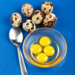 Whole and broken quail eggs — Foto de stock #5205732