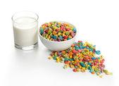 爆的小麦种子和牛奶 — 图库照片
