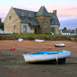 Ancient house and boats on a mooring - beautiful scenery at sunset - Foto Stock