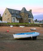 Gamla hus och båtar på en förtöjningsplats - vacker natur vid solnedgången — Stockfoto