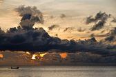 Barco de pesca com a ameaçar de nuvens sobre o mar da china meridional em phu quoc, viet — Foto Stock