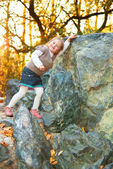 A girl is leaned against the rock — Stock Photo