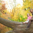 Mom and daughter in autumn park — Stockfoto