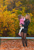 Mom and daughter in autumn park — Stock Photo