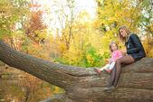 Mama i córka w parku jesień — Zdjęcie stockowe