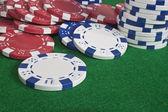 Spridda pokermarker på en grön beize — Stockfoto