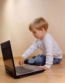 Barnet trycker på knappen Ta bort — Stockfoto