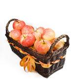 与红苹果白色背景上的木篮 — 图库照片