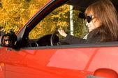 Dziewczyna w czerwonym samochodem i jej odbicie w lustrze — Zdjęcie stockowe