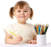 Mignon enfant dessine avec des crayons de couleur — Photo