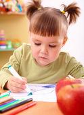 Little girl draws with felt-tip pen — Stock Photo