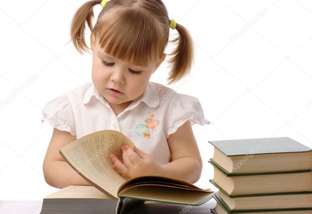 可爱的小女孩正在看书,回学校