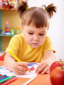 小女孩画用毡尖笔 — 图库照片