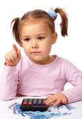小さな女の子はお金を果たしています。 — ストック写真
