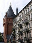 Torre del agua y edificio de apartamentos — Foto de Stock