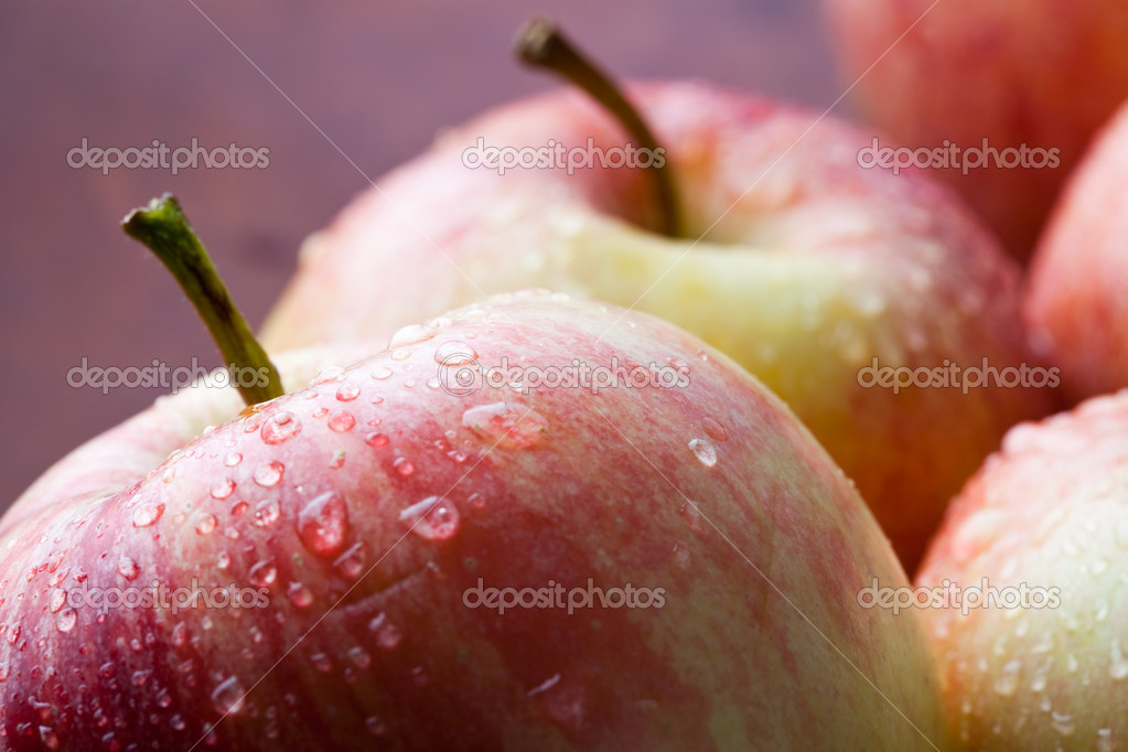 Juicy and fresh red apples on a wooden plate — Stok fotoğraf #4910594
