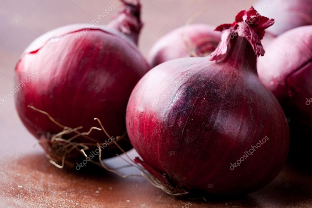 Close-up of fresh red onions on a wooden background — Stock Photo #4910610