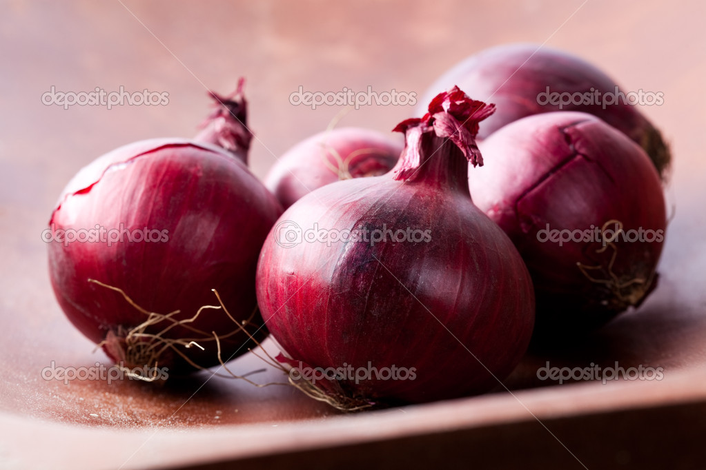 Close-up of fresh red onions on a wooden background — Stock Photo #4910611