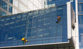 Climbers wash skyscraper windows — Stock Photo