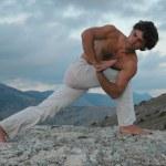 Hatha-yoga: parivrita parshvakonasana — Stock Photo #4167140
