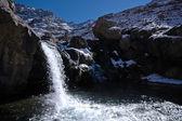 Chute d'eau dans les montagnes africaines. — Photo