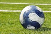 Bola de futebol no campo de grama — Foto Stock