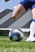 足球球员射门球 — 图库照片