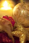 Pequeño regalo de navidad con vela — Foto de Stock