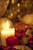 рождественская подарочная коробка с рождественские шары — Стоковое фото