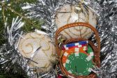 Cesta llena de chips, regalo para navidad — Foto de Stock