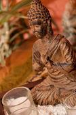 En buddha staty står på ett bord — Stockfoto