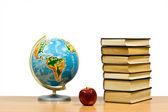 Elma ve kitaplar — Stok fotoğraf
