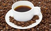 Taza blanca con café aromático — Foto de Stock