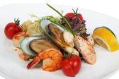 Деликатесное блюдо с тигровыми креветками, мидиями — Стоковое фото