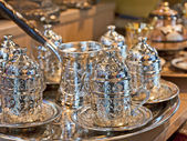 Ensemble de thé turc sur un étal de marché — Photo