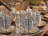 Turecký čaj nastavené na stánku v tržnici — Stock fotografie