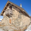 Traditional alpine hut on a mountain — Stockfoto