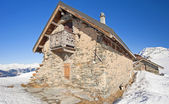 Traditional alpine hut on a mountain — Stock Photo