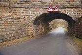 老石头桥梁在乡间小道 — 图库照片