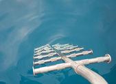 échelles métalliques, entrer dans l'eau — Photo
