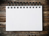 Blank note paper on wood panel — Stockfoto