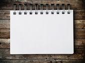 Boş bir not kağıdına ahşap panel — Stok fotoğraf