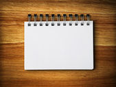 White blank note paper on rubber wood — Stockfoto