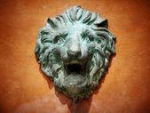 Groene gegoten metal leeuw head — Stockfoto